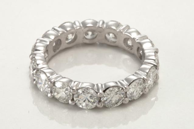 ddd2a0ccb18 Site realiza leilão de 297 joias e canetas nesta quinta-feira (22).  b Lote  30   b  Aliança de ouro branco 18 quilates e diamantes (lance inicial de R   ...
