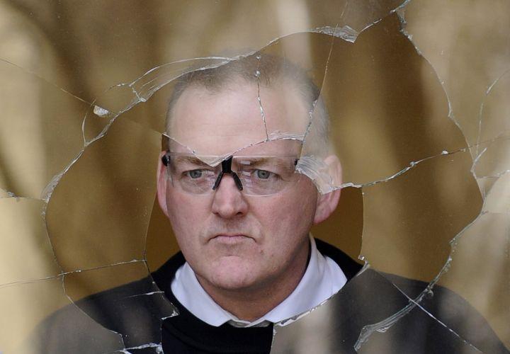 Trabalhador observa janela quebrada na casa do ex-presidente do Royal Bank of Scotland, sir Fred Goodwin REUTERS/Russell Cheyne (Britain Crime Law Business ... - casa_depredada_f_004