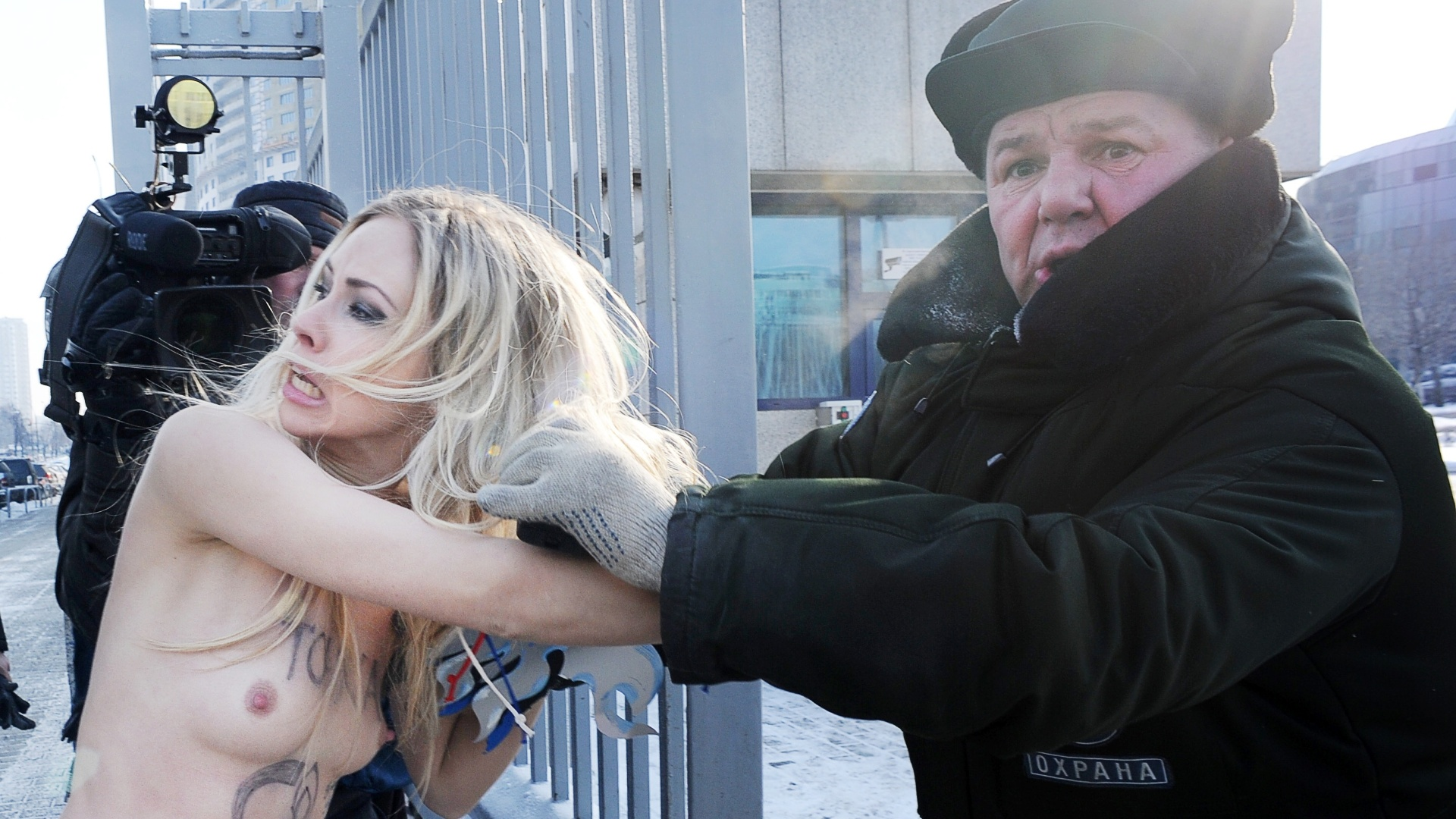 ucranianas do femen protestam na rssia contra preo do gs