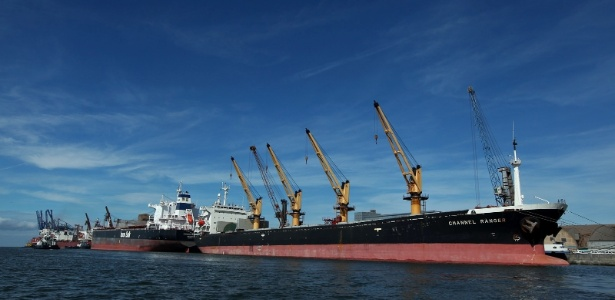 Navios atracados no porto de Paranaguá, no Paraná, onde há congestionamento