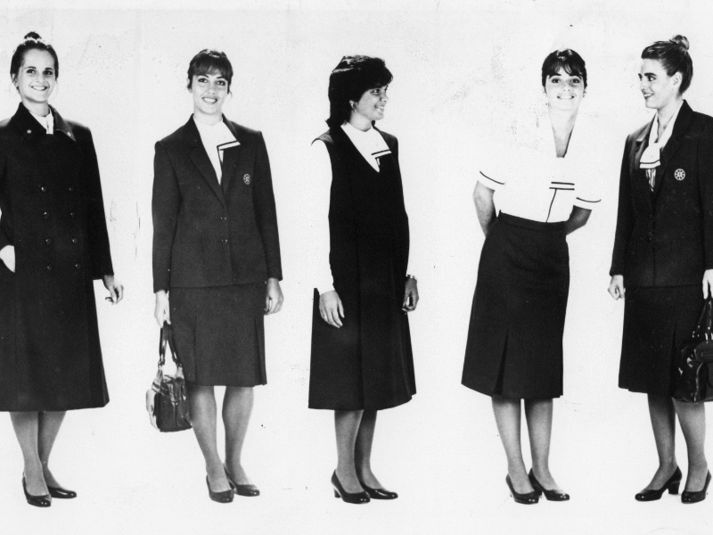 Aeromoças mostram uniforme da Varig em 1988