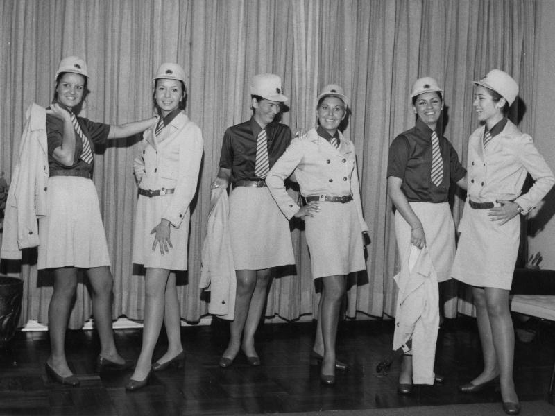 Comissárias da Vasp mostram uniformes