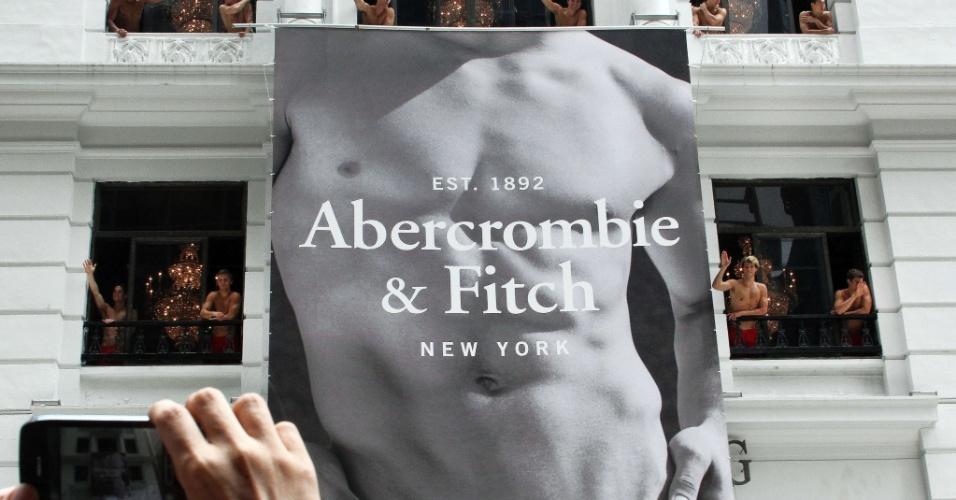 Uma camisa polo, da marca Abercrombie, é vendida por cerca de R$ 200; é uma das marcas prediletas dos funkeiros