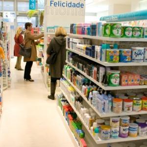 Consumidores verificam produtos em prateleiras de em São Paulo (SP)