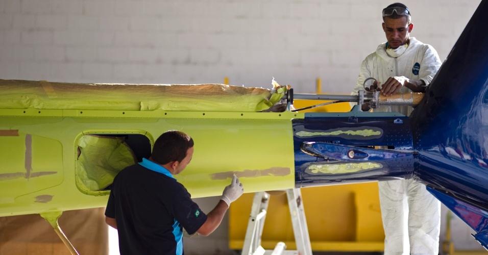A pintura é uma das últimas etapas da fabricação de um helicóptero; são utilizadas tintas especiais que resistem a condições extremas em voos