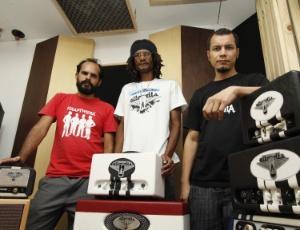 Os músicos Adriano Leão, Gilson Gerrard e Neilton Carvalho, da empresa Altovolts