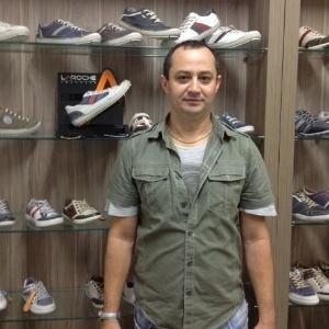 O empresário Dogival Mendonça produz calçados utilizando o conceito de fast fashion