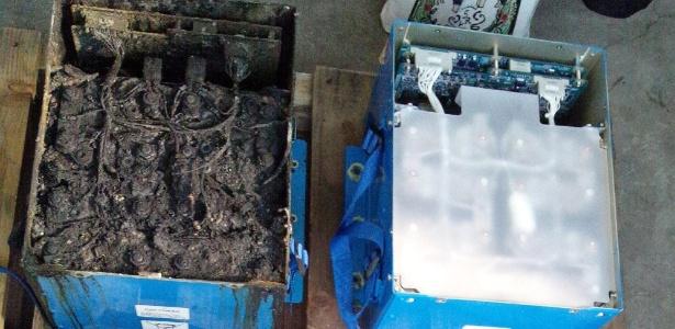 Bateria queimada do Boeing 787 (esq.), que fez piloto cancelar voo, ao lado de bateria nova