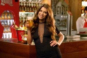 A atriz Alinne Moraes estrela o comercial da cerveja