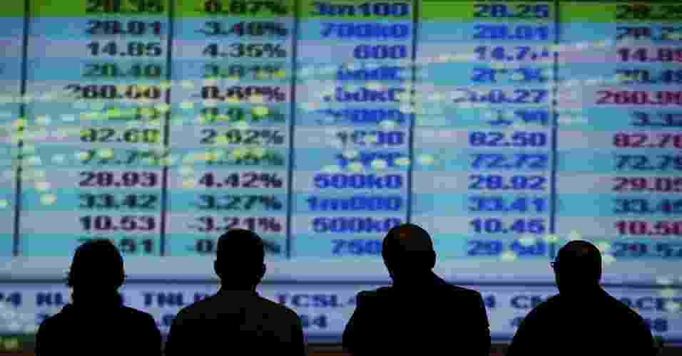 ícone, economia, bolsa, bovespa, mercado financeiro, Homens observam índices em painel na Bovespa, em São Paulo - 05.out.200 - Alex Almeida/Folhapress