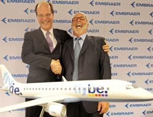 O presidente da Embraer (à esquerda) e diretor da Flybe durante o anúncio de compra de aviões no valor de US$ 5 bilhões; veja mais fotos