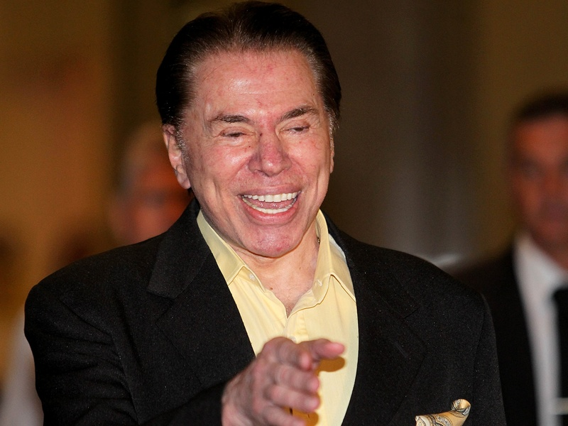 O empresário Silvio Santos ao anunciar a venda do banco PanAmericano