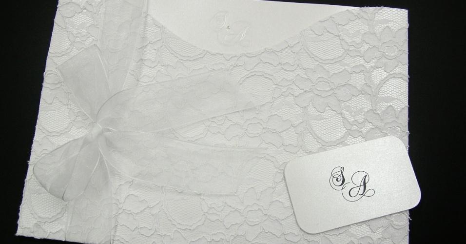 Convite de casamento da empresa Grafjet Convites forrado com a renda francesa chantilly