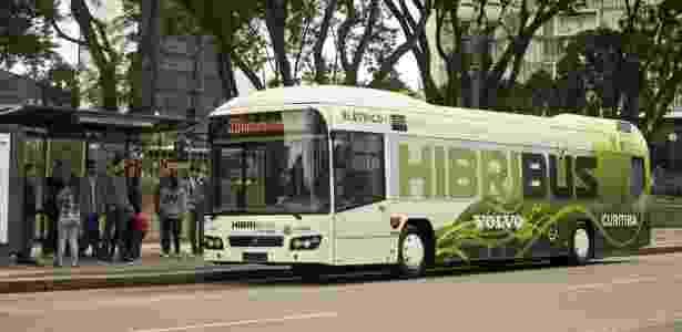 Ônibus híbrido da Volvo (Hibribus) durante teste em Curitiba; modelo será fabricado no país - Divulgação