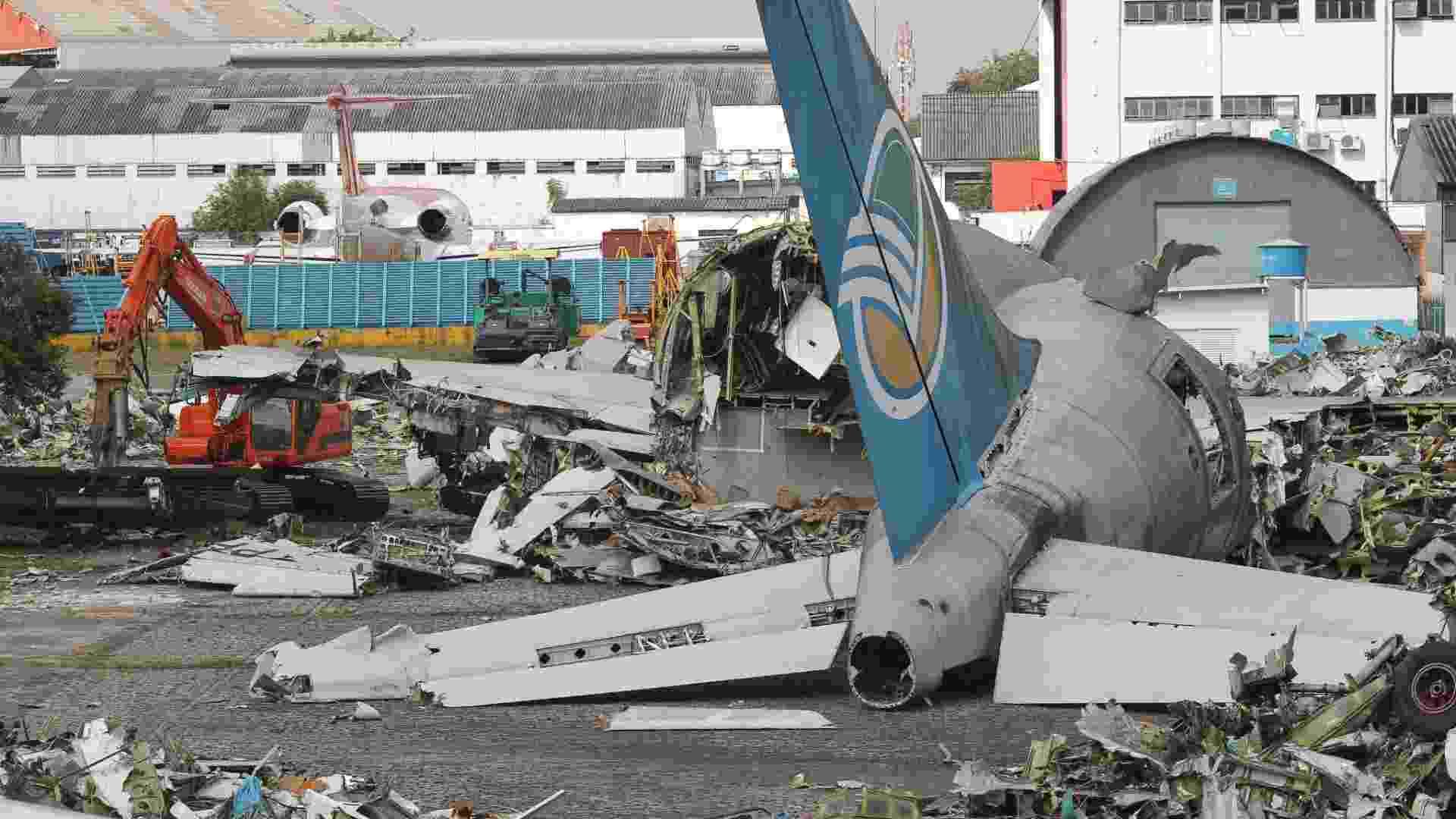 Avião da Vasp, modelo A300, está sendo desmontado no aeroporto de Congonhas, em SP. O dinheiro arrecadado com a venda da sucata será destinado para o pagamento de ex-funcionários e credores da antiga empresa de aviacao - Moacyr Lopes Junior/Folhapress