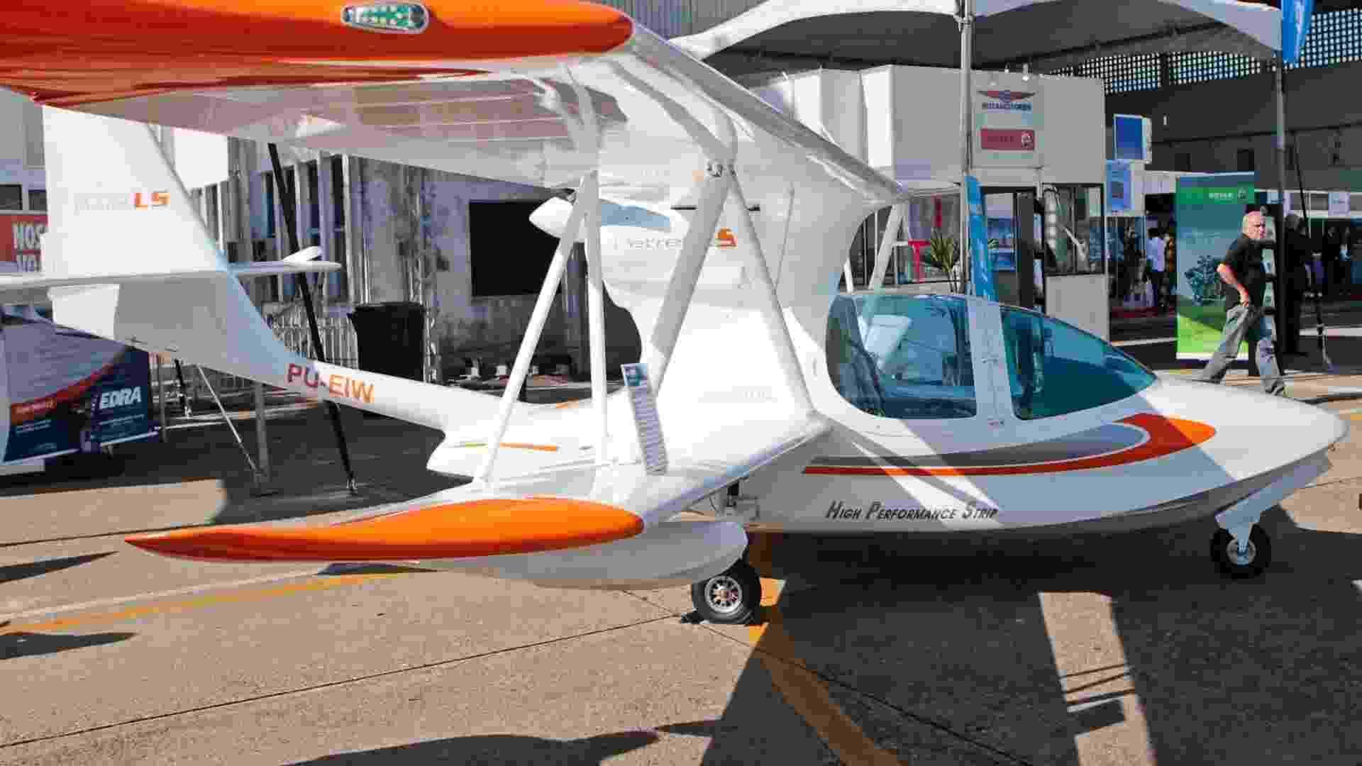 O modelo Petrel LS, da Edra, é mostrado em feira de aviação em São José dos Campos (SP); o preço é R$ 175 mil - Fernando Donasci/ UOL