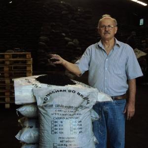 Francisco Meira, diretor da Bonechar, produz carvão animal a partir de ossos de boi - Divulgação