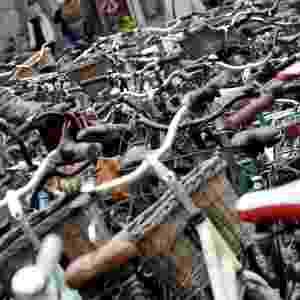 O incentivo ao uso da bicicleta no dia a dia para combater as emissões dos automóveis é realizado com sucesso em cidades como Bogotá (Colômbia), Barcelona (Espanha) e em Paris (França). O aluguel de bicicletas na França opera 24 horas por dia, 7 dias por semana  - AFP/ ATTILA KISBENEDEK