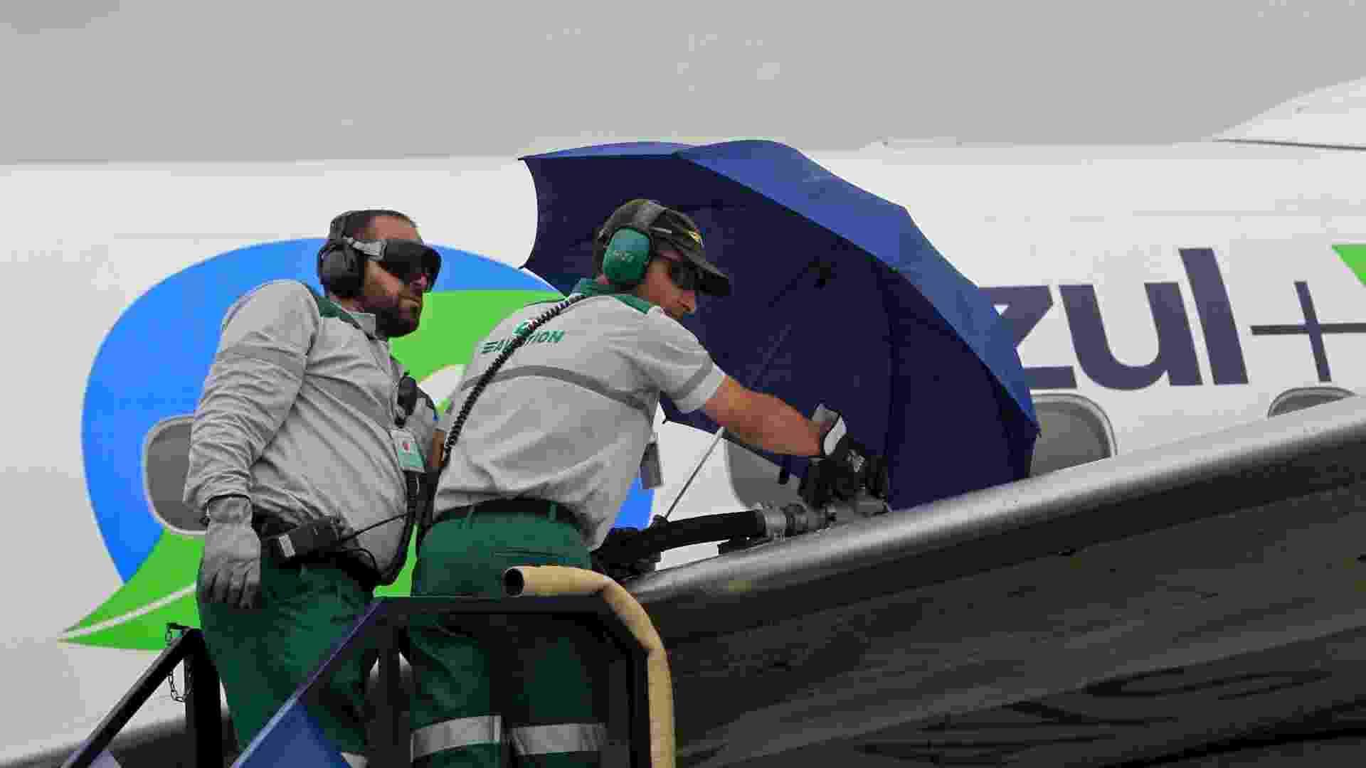 """O combustível renovável usado pela Azul é feito a base de cana-de-açúcar e foi criado pela empresa Amyris. O projeto """"Azul+Verde"""" foi desenvolvido, ainda, em parceria com a fabricante de motores de aviação GE e a Embraer - Leandro Moraes/UOL"""