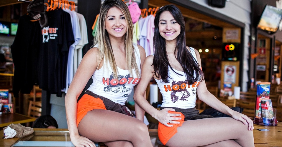 Garçonete do Hooters; elas são conhecidas pelas roupas sensuais e, em geral, são estudantes universitárias