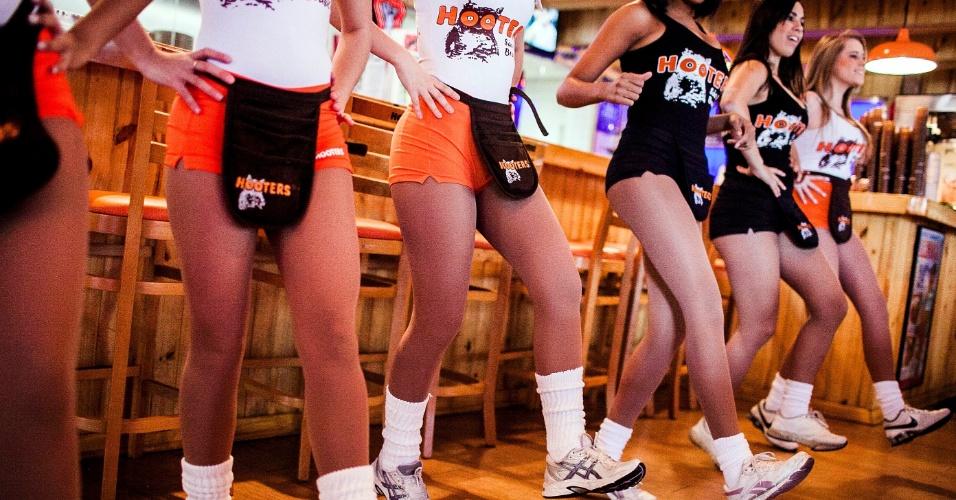 Garçonetes do Hooters ensaiam coreografia de dança que é apresentada no para os clientes