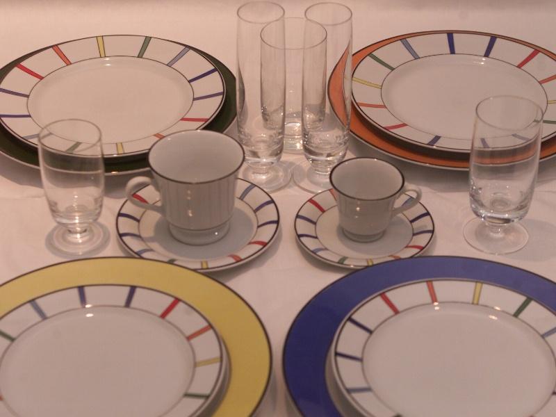 Jogo de pratos e copos que eram utilizados na primeira classe da companhia aerea Transbrasil, e foram vendidos a funcionarios. A colecao pertence ao ex aeroviario Miguel Lareio.