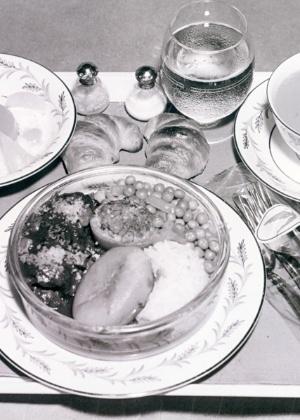 Na antiga Varig, a refeição era servida em porcelana japonesa da marca Noritake