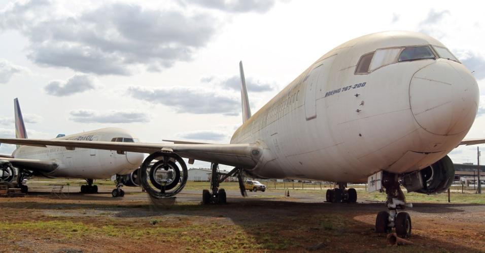 12.jul.2012 - Os aviões da extinta Transbrasil que estão há anos parados no Aeroporto de Brasília receberam autorização da Justiça para serem desmontados