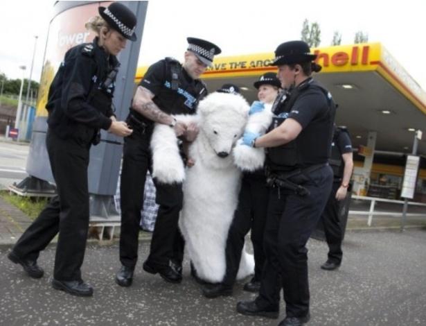 Urso é preso em protesto do Greenpeace no Reino Unido