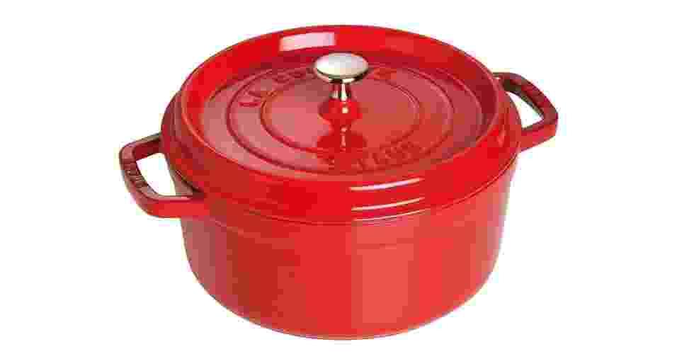 Da marca francesa Staub, a panela Cocotte vai do forno ou fogão à mesa e é vendida em diversos formatos (redondas e ovais) e tamanhos. Está disponível em diversas cores e tons (vermelho, azul, laranja, amarelo, verde, berinjela, cereja, branco, preto e grafite). Na foto, Cocotte de ferro redonda, de 26 cm, na cor cereja. O preço sugerido é de R$ 869 - Divulgação