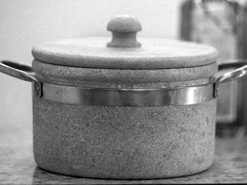 Panela de pedra-sabão com pegador de cobre.