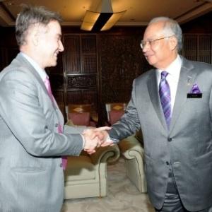 Eike Batista (esq.) é recebido pelo primeiro-ministro da Malásia, Datuk Seri Najib Tun Razak