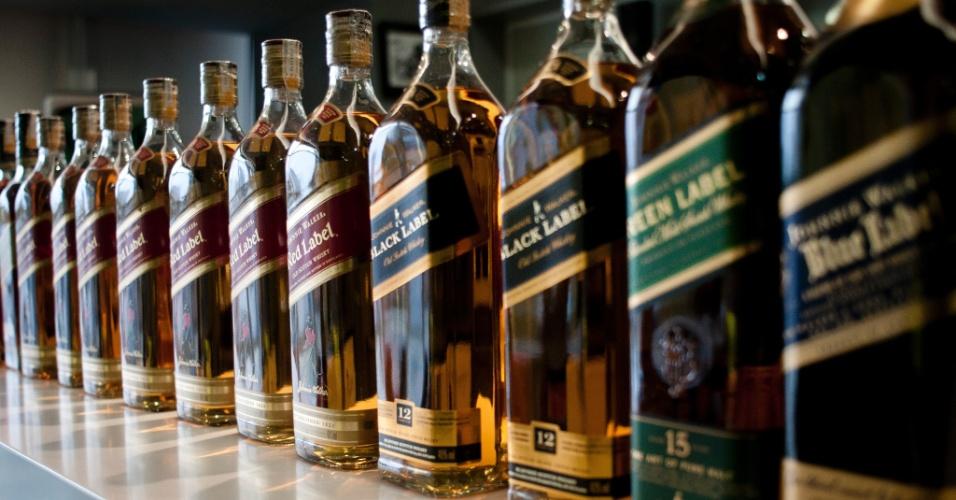 Uma garrafa de Whisky Johnnie Walker Red Label custa pouco menos de R$ 100 em supermercados; nos bailes funks, a garrafa é vendida por mais de R$ 250
