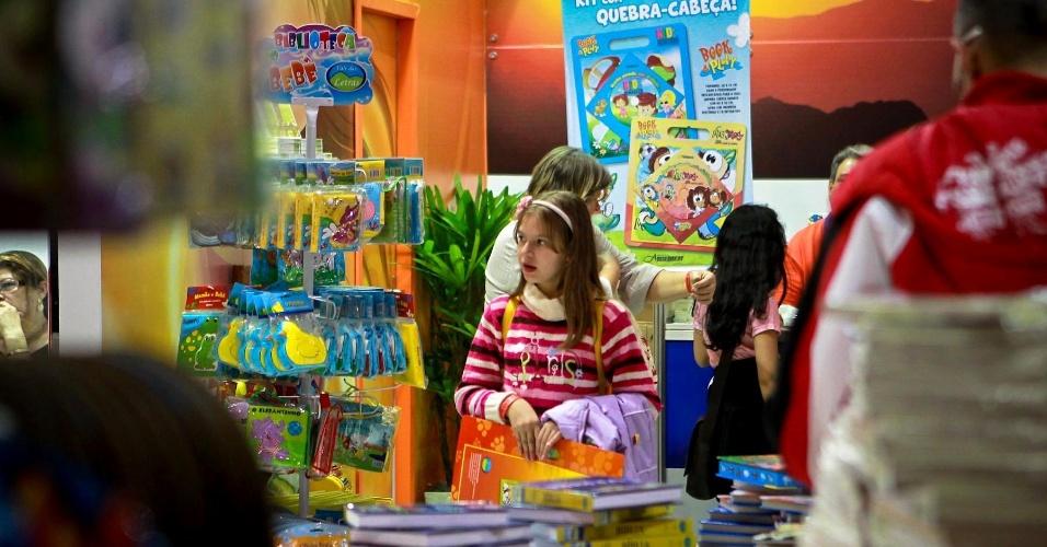 Crianças visitam estande de venda de livros infantis na  Expocristã, que ocorre até domingo (30), no Anhembi, em São Paulo