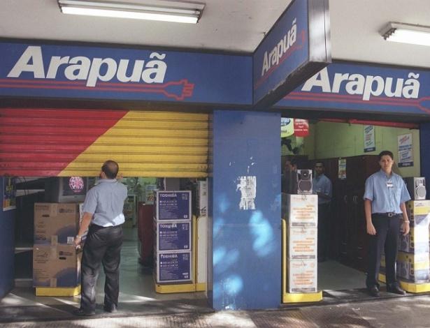 Funcionário reabre loja da rede Arapuã em Belo Horizonte. A rede reabriu suas 109 lojas espalhadas pelo Brasil após liminar suspendendo o pedido de falência da Arapuã.