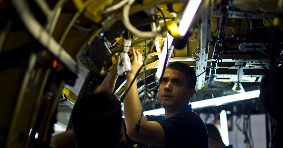 Cerca de 650 funcionários trabalham na linha de produção dos helicópteros no país, em turno de 10 horas