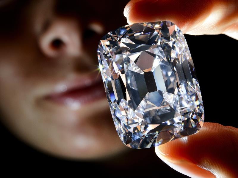 """Um diamante histórico excepcional de 76,02 quilates, o 'Archduke Joseph"""" ('Arquiduque José'), bateu recorde ao ser leiloado por 21,47 milhões de dólares na noite de terça-feira em Genebra pela casa Christie's"""