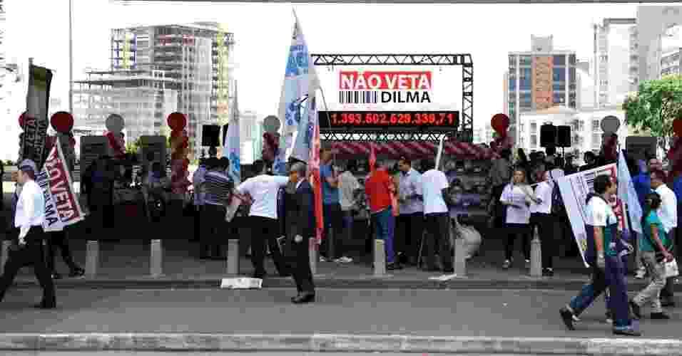 Manifestantes se reuniram nesta quarta-feira (5) no saguão do Masp, em São Paulo, para protestar a favor da discriminação dos impostos na nota fiscal - Junior Lago/UOL