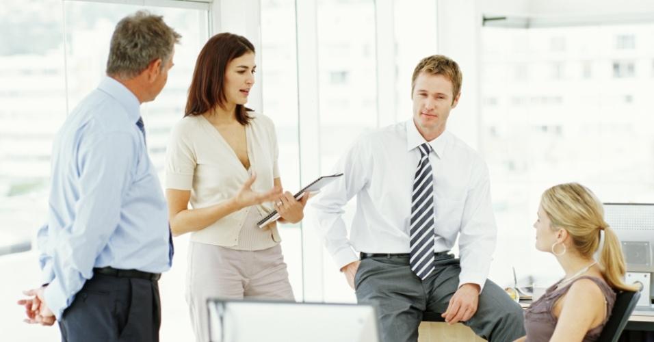 reunião de negócios, mulher de negócios, executiva, executivos, funcionários conversando no escritório