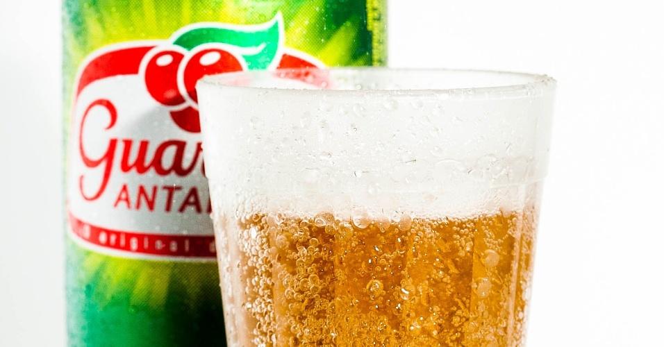 Por fim, o produto recebe o rótulo do refrigerante; o guaraná Antarctica foi lançado em 1921 e, hoje, é vendido em centenas de países