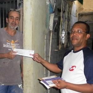 Silas Vieira, um dos sócios da empresa Carteiro Amigo, entrega correspondência na favela da Rocinha