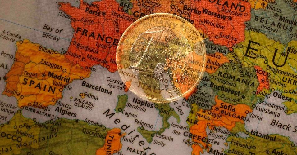 moeda de euro é vista sobre mapa, crise no euro, união europeia, euro