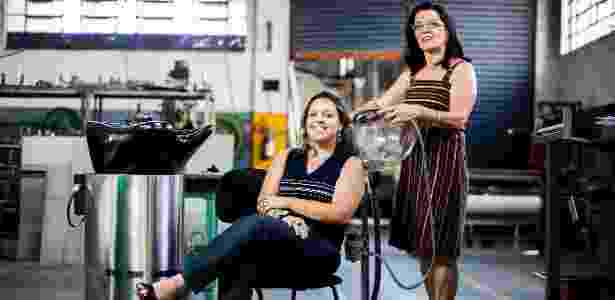 A ex-cabeleireira Gislaine Marcandali (em pé) criou pia portátil para atender a clientes em domicílio - Leonardo Soares/UOL