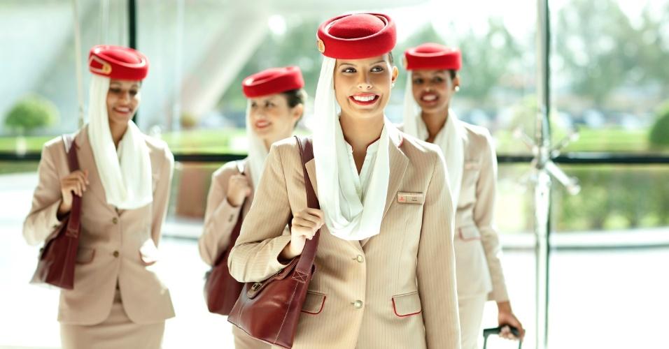 Tripulação usa uniforme da Emirates