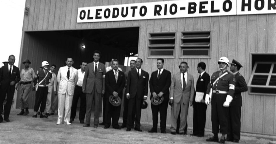 O Presidente da República Juscelino Kubitschek, o Presidente da Petrobras Idálio Sardenberg e demais autoridades durante a inauguração da Refinaria Duque de Caxias (REDUC), em 1961