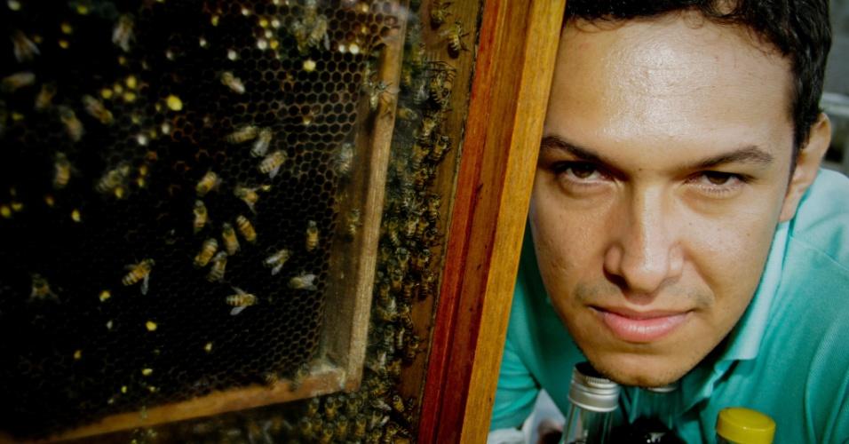 O empreendedor João Fernandes, da Amazomel, cria abelhas sem ferrão em Manaus (AM)